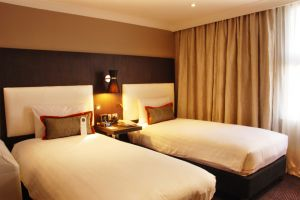 Hilton Doubletree Ealing – Bedrooms Twin beds.jpg